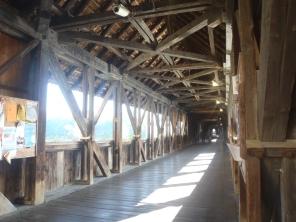 el interior del puente. Al fondo: Suiza