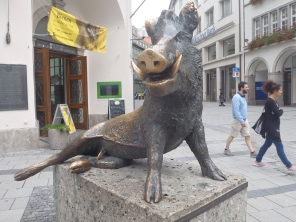 Jabalí dorado delante del Museo de caza y pesca